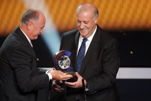 ویسنته دل بوسکه جایزه بهترین مربی سال را از اسکولاری دریافت کرد.