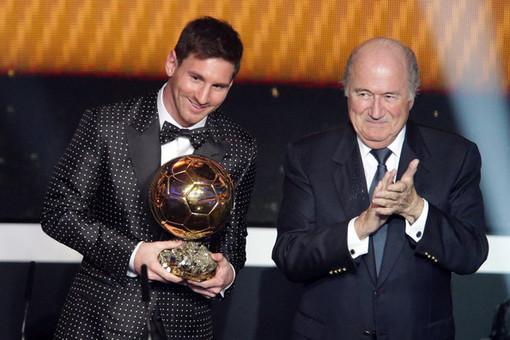 مسی در کنار سپ بلاتر پس از دریافت توپ طلا