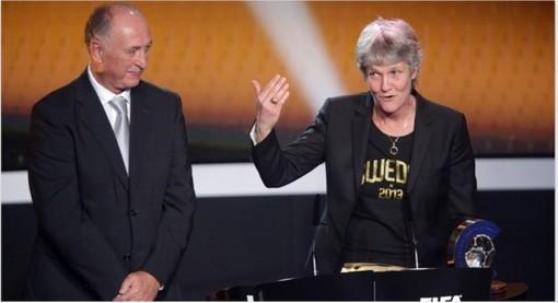 پیا سونداگه (سرمربی اسبق تیم ملی فوتبال زنان آمریکا) هم برنده بهترین مربی فوتبال زنان شد.