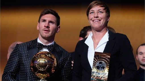 لیونل مسی و  ابی وامباک (بازیکن تیم ملی فوتبال زنان آمریکا) برنده جایزه بهترین بازیکن های مرد و زن سال 2012