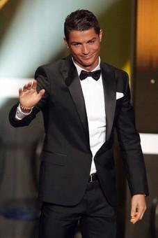 کریستیانو رونالد که چند سالی است در رقابت با مسی برای کسب توپ طلاشکست می خورد شب گذشته سوژه عکاسان بود.