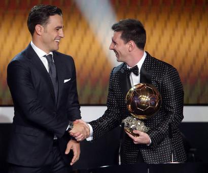 فابیو کاناوارو که خود در سال 2006 توپ طلا را کسب کرده بود شب گذشته توپ طلا را به لیونل مسی اهدا کرد.