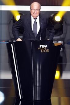 سپ بلاتر رئیس فیفا در حال سخنرانی در مراسم فیفا بالون دور