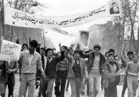 مردم پس از خروج شاه از ایران به خیابان ها آمدند.