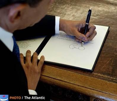 چهلوچهارمین رییسجمهور ایالات متحده آمریکا، باراک اوباما همانند چند رییسجمهور پیشین ایالات متحده آمریکا، فورد، ریگان، بوش پدر و کلینتون چپ دست است. استیل خاص امضا کردن اوباما همواره سوژه عکاسان خبری بوده است.
