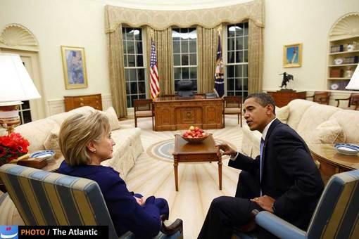 هیلاری کلینتون که در جریان انتخابات ریاستجمهوری سال ۲۰۰۸ رقیب درون حزبی اوباما به شمار میرفت، سرانجام به تلاشهای خود برای احراز سمت نخستین رئیس جمهور زن آمریکا پایان داد و از باراک اوباما برای احراز مقام ریاست جمهوری ایالات متحده آمریکا حمایت کرد و همین باعث شد تا او در کابینه اوباما پست وزارت امور خارجه را به دست آورد.   سرانجام هم این کلینتون بود که در ماجرای کشته شدن سفیر آمریکا در لیبی ـ که یکی از تهدیدات اوباما برای پیروزی در انتخابات ۲۰۱۲ بود ـ خود را قربانی کرد و اعلام نمود، این موضوع اشتباه وزارت خارجه بود تا اوباما بتواند همچنان برای رقابت در میدان بماند؛ او در کابینه جدید اوباما جایی ندارد.