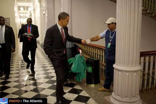 اوباما بخش مهمی از محبوبیت رسانهای خود را مدیون «پت سوزا»، عکاس اختصاصی کاخ سفید خود است که با انتشار تصاویر خاص و بعضا نمایشی از او، چهره متفاوتی از یک سیاستمدار را منتشر کرد.