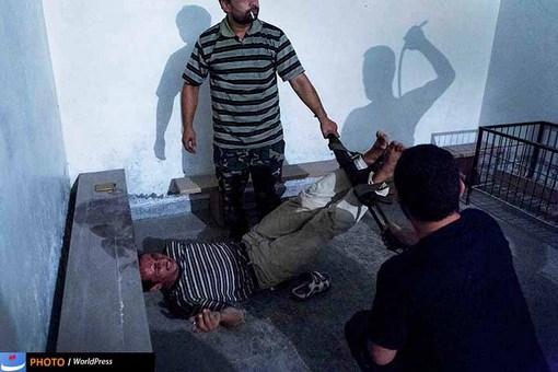 ایمن اوزمن هم با تصویری از یکی از لحظات شکنجه یک جاسوس توسط ارتش آزاد سوریه در جمع برگزیدگان ورد پرس جای دارد.