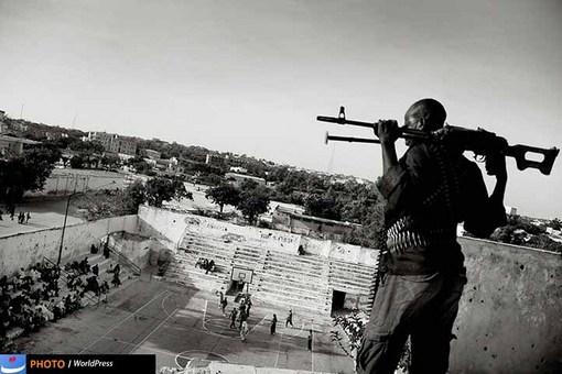 مسابقه بسکتبال در موگادیشو زیر سایه تفنگ، تصویری از جان گراروپ