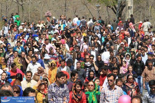 هزاران نفر از مردم پایتخت و سایر شهرها جمعیت عظیمی را در این کوهپیمایی تشکیل دادند