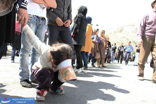 خستگی کودکان در ایستگاه بسیار شلوغ اتوبوس که مسیرهای طولانی پا به پای والدینشان راه پیمایی کردند.