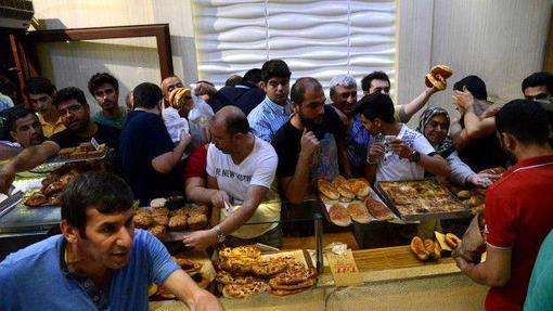 مردم بعد از اعلام مقررات منع رفت و آمد در شهر دیاربکر برای خرید نان صفهای طولانی بستند